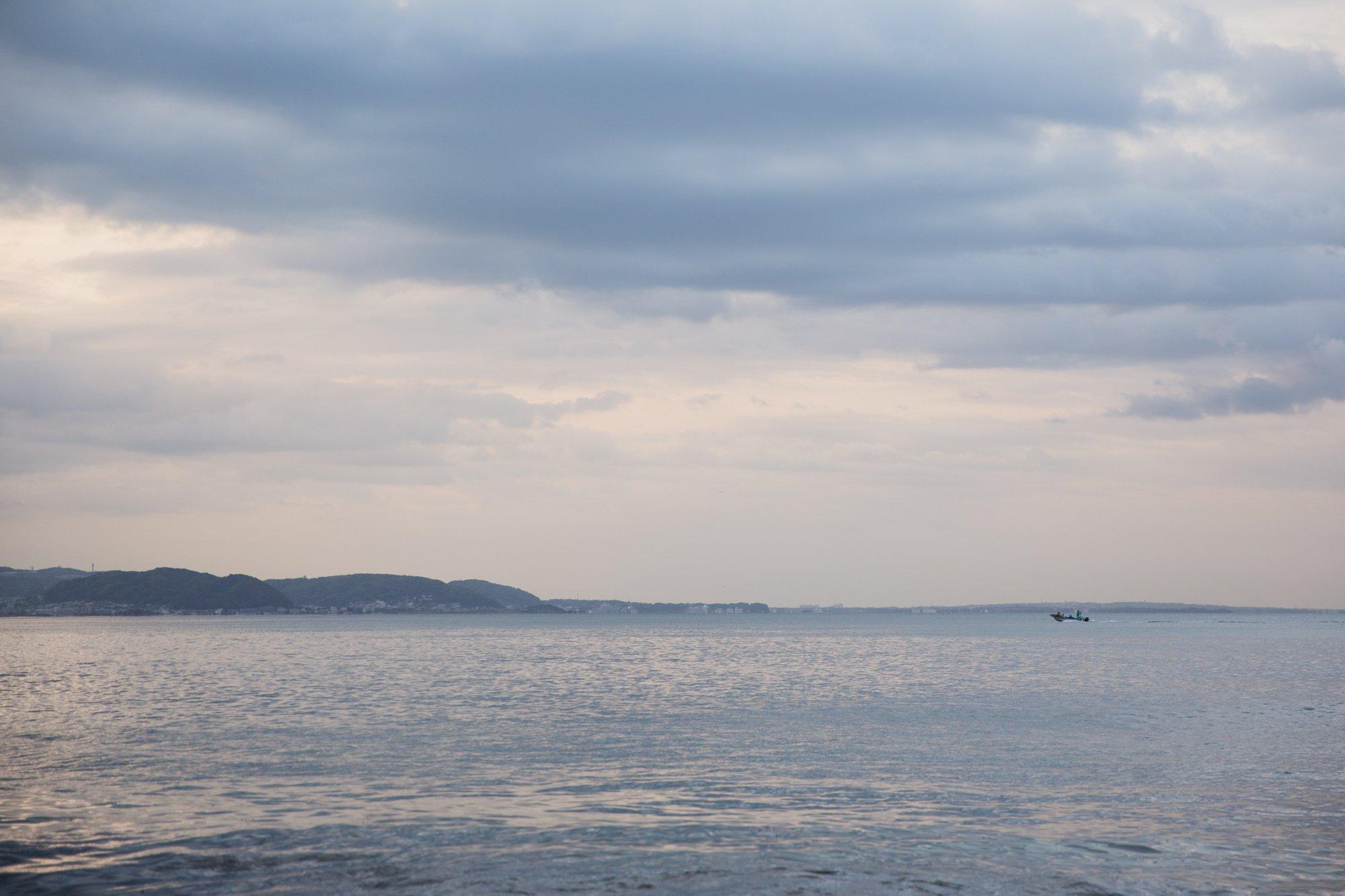 朝焼けの中の腰越の海