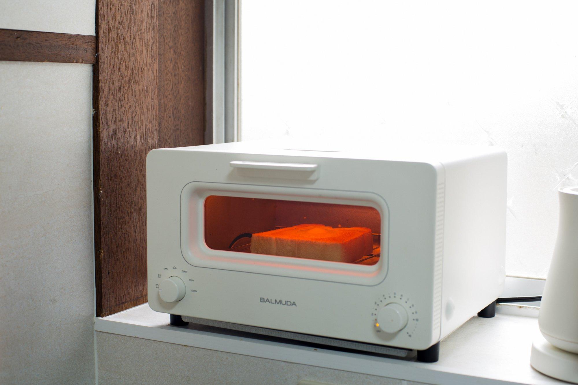 haletto house KOSHIGOEのキッチンにあるバルミューダトースター