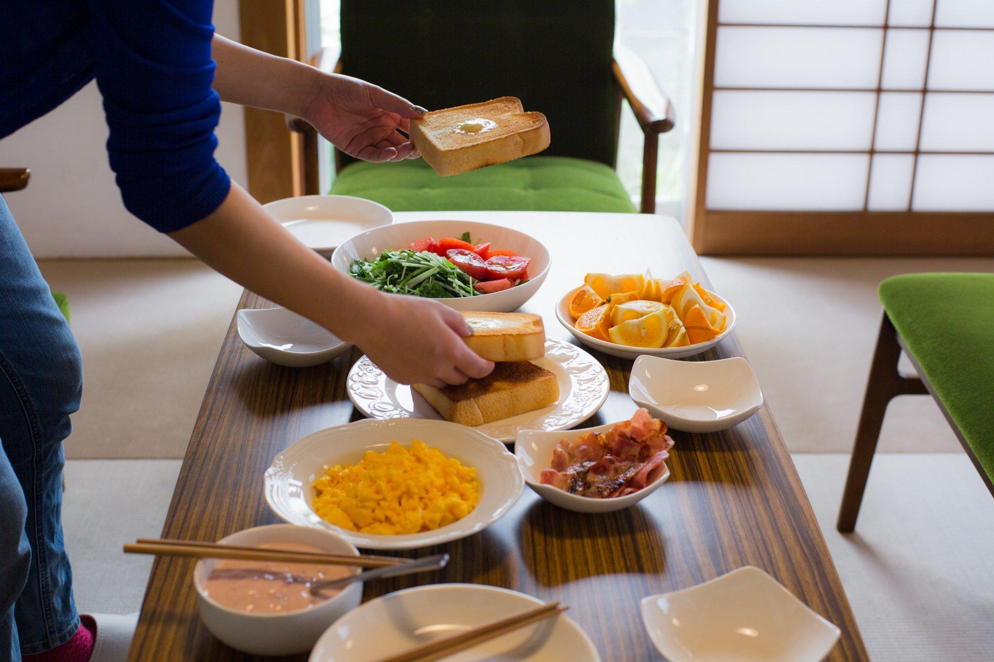 haletto house KOSHIGOEで食事している様子