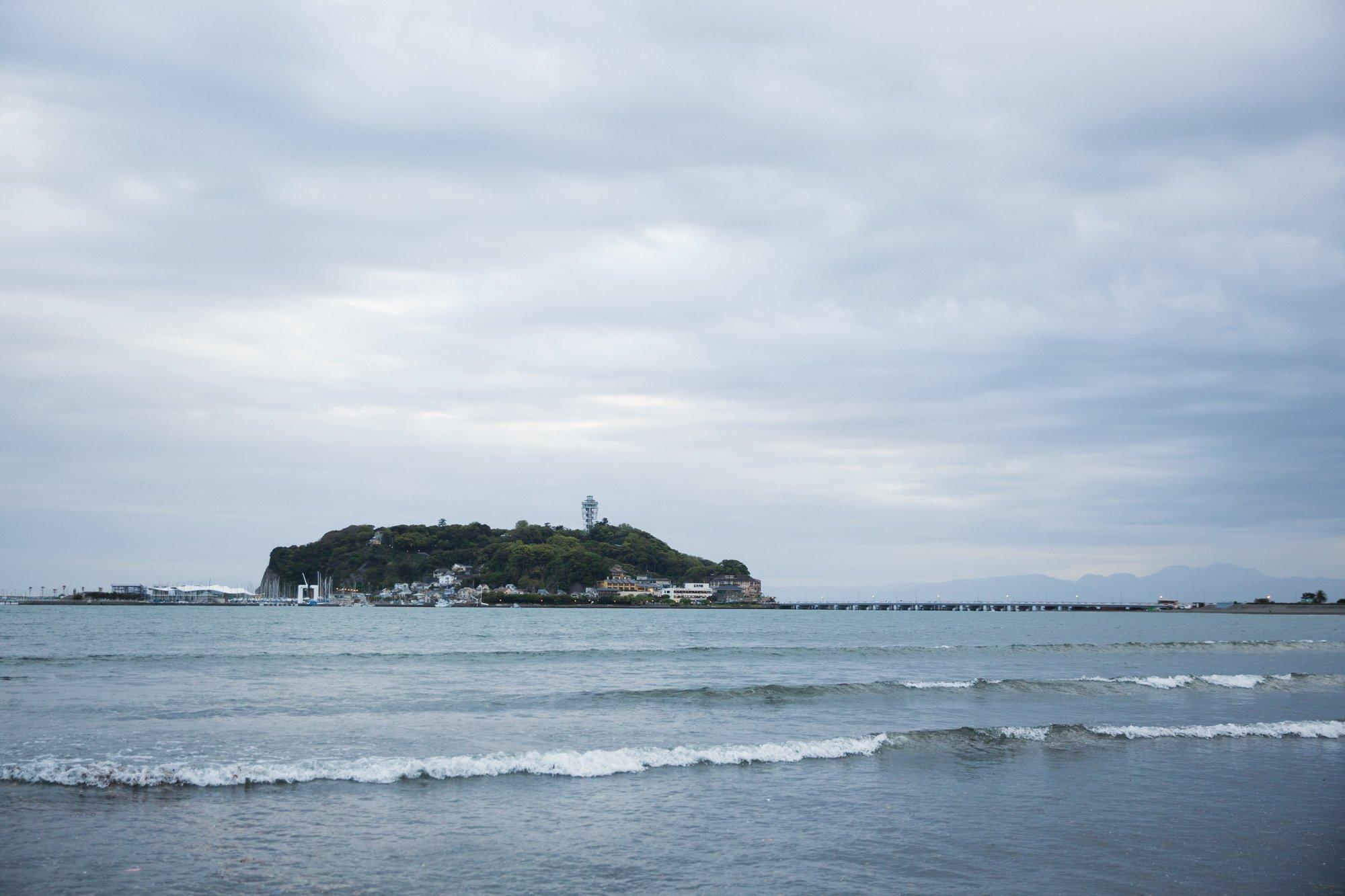 腰越の海から見る江ノ島