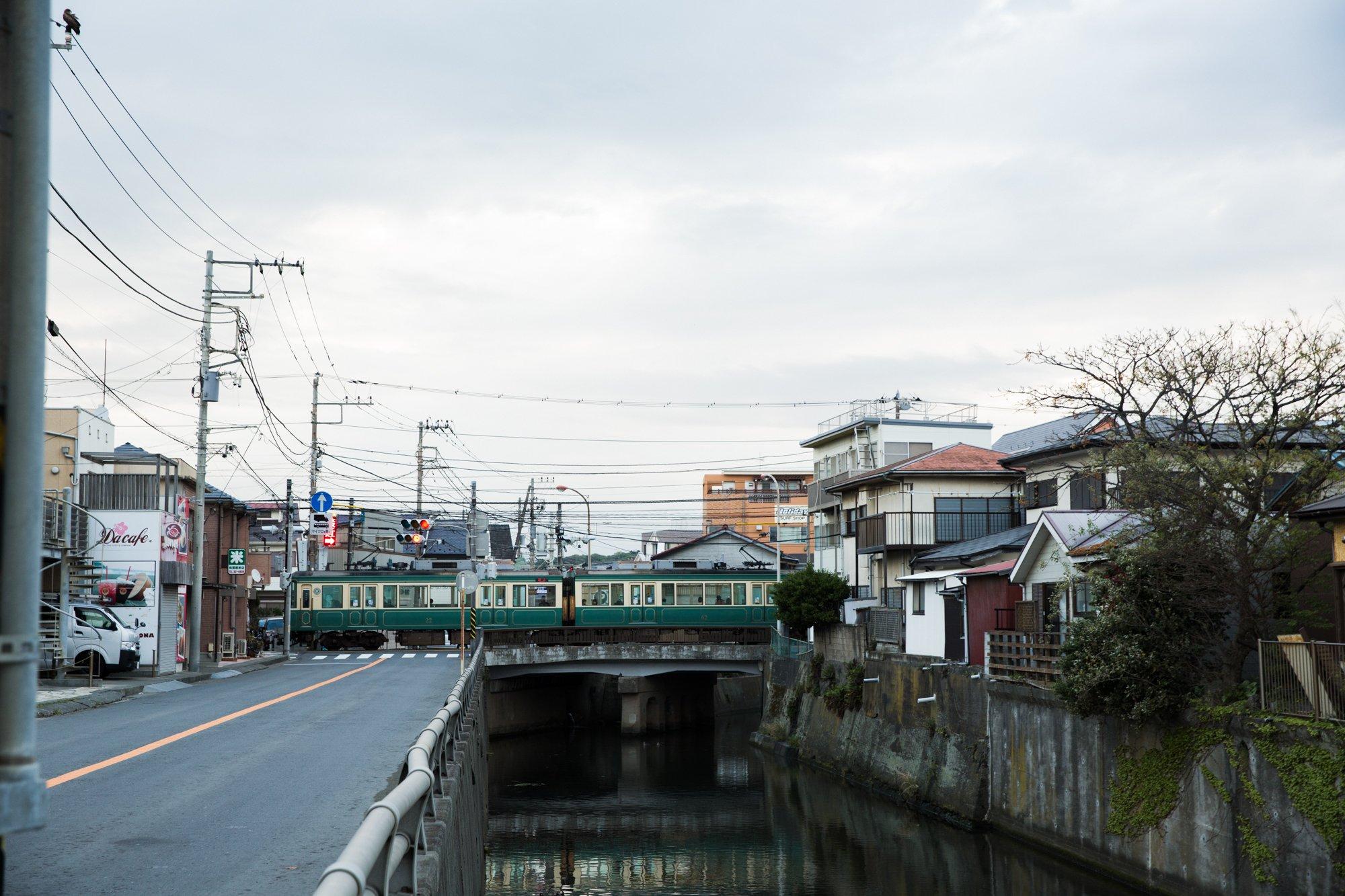 腰越に走る江ノ電