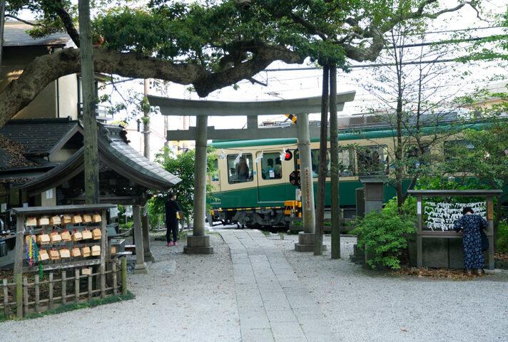 鎌倉坂の下を走る江ノ電2