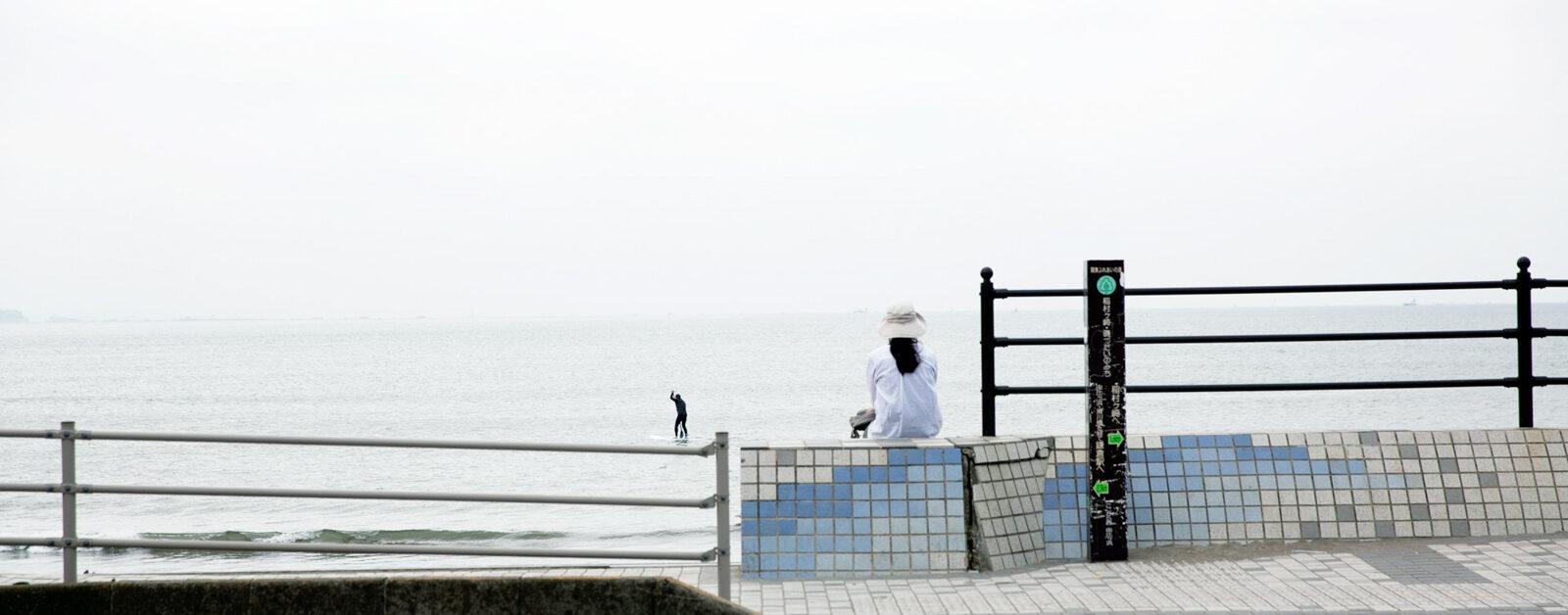 haletto house SAKANOSHITAの近くの海で佇む女性1