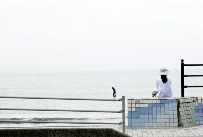 haletto house SAKANOSHITAの近くの海で佇む女性2